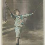 Enfant jouant au diabolo au début du XXe siècle