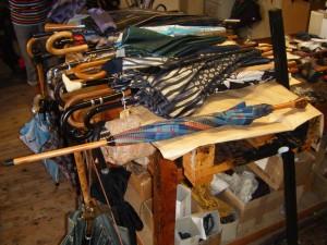 Au 1er plan  le bâton de marche-parapluie Bressange