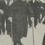 Albert LIBERTAD appuyé sur ses cannes