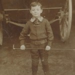 Enfant tenant une canne