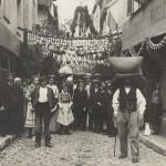 Un porteur de grain ou de farine à Beauvais lors d'une fête vers 1900