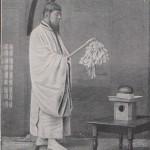 Prêtre japonais tenant un gohei en 1901
