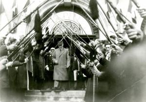 Voûte de canne des compagnons au-dessus du maréchal Pétain - Commentry 1-05-1941
