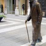 20 Trieste Italie Statue de Umberto Saba écrivain er poète